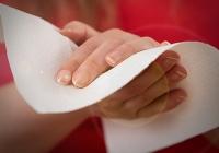 Ręczniki papierowe najczęściej używanym środkiem do osuszania rąk w toaletach publicznych